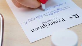 Cuide la lista de la prescripción del rx de la escritura de la mano al paciente metrajes