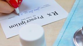 Cuide la lista de la prescripción del rx de la escritura de la mano al paciente almacen de metraje de vídeo
