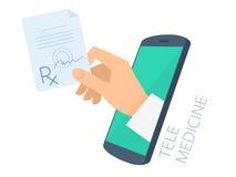Cuide la mano del ` s que lleva a cabo el rx a través de la pantalla del teléfono que da prescri Foto de archivo libre de regalías