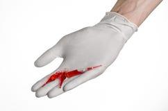 Cuide la mano que sostiene un frasco, rojo de la ampolla, ampolla vaccínea, vacuna de Ebola, tratamiento de la gripe, fondo blanc Imagenes de archivo