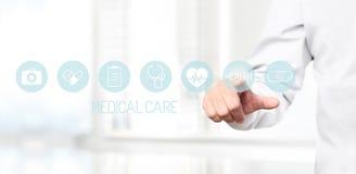 Cuide la mano que toca iconos médicos en la pantalla virtual Imágenes de archivo libres de regalías