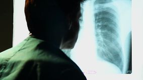 Cuide la mirada de la imagen de la radiografía del pecho humano, explorando los pulmones almacen de video