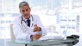 Cuide la mirada de píldoras mientras que escribe una prescripción metrajes