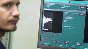 Cuide la mirada de una radiografía en un hospital almacen de video