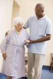 Cuide a la mujer mayor de ayuda para recorrer Fotos de archivo