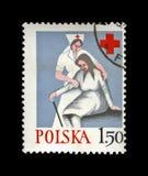 Cuide a la mujer mayor de la ayuda, Cruz Roja del polaco, circa 1977, Foto de archivo libre de regalías
