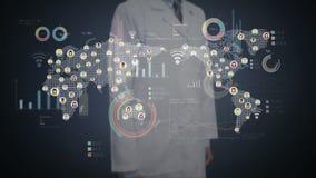 Cuide la pantalla digital conmovedora, gente conectada, usando tecnología de comunicación con el diagrama económico, carta, gráfi metrajes