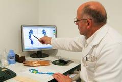 Cuide la preparación de las plantillas ortopédicas para un paciente en su estudio Imágenes de archivo libres de regalías
