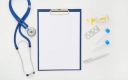Cuide la tabla con las medicinas, el estetoscopio y los vidrios, visión superior Fotografía de archivo libre de regalías