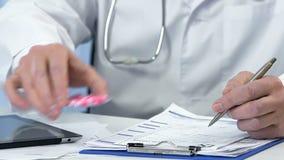 Cuide las hormonas que prescriben y las píldoras del donante al paciente femenino, ginecología almacen de video