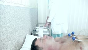 Cuide las manos del ` s que atan los electrodos para ECG almacen de video