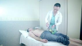Cuide las manos del ` s que atan los electrodos para ECG almacen de metraje de vídeo