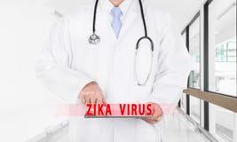 Cuide las páginas de Internet del hallazgo sobre virus de ZIKA en la tableta digital Fotos de archivo libres de regalías
