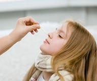 Cuide los goteos de la medicación en la muchacha de la nariz fotos de archivo libres de regalías