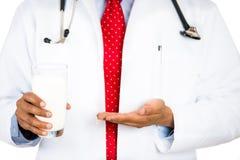 cuide mostrar la necesidad de la leche para los huesos sanos y el crecimiento y también prevenir osteoporosis Fotografía de archivo