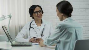 Cuide mostrar los resultados de la prueba en el ordenador portátil, tratamiento eficaz, recuperación paciente metrajes