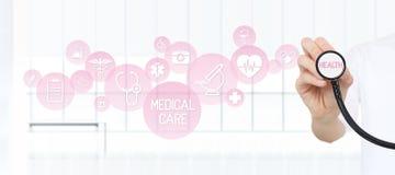Cuide mostrar un estetoscopio en las manos con los iconos rosados médicos Imagen de archivo libre de regalías