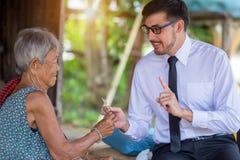 Cuide mujer de los cuidados en casa de la visita una más vieja y la dispensación de la medicina fotos de archivo libres de regalías