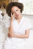 Cuide sentarse en cama de hospital Fotografía de archivo