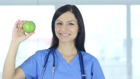Cuide sostener la manzana verde para expresar forma de vida sana metrajes