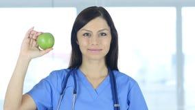 Cuide sostener la manzana verde para expresar forma de vida sana Imagen de archivo libre de regalías