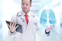 Cuide sostener los órganos humanos y la tableta en un hospital De alta resolución Fotografía de archivo