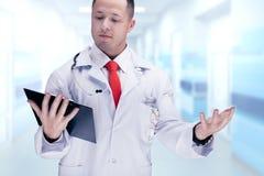 Cuide sostener los órganos humanos y la tableta en un hospital De alta resolución Imagen de archivo