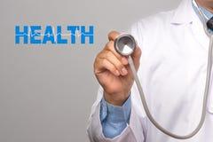 Cuide sostener un estetoscopio con palabra y el cardiograma de la salud encendido Imágenes de archivo libres de regalías