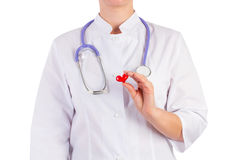 Cuide sostener un juguete del corazón, fondo blanco Fotos de archivo libres de regalías