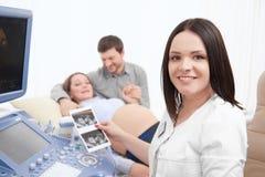 Cuide sostenerse en la primera foto de las manos del bebé Fotos de archivo