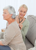 Cuide tomar el heartbreat de su paciente Imagen de archivo libre de regalías