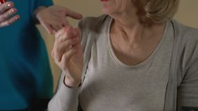 Cuide tomar el lápiz labial de la vieja mujer enferma que quiso reservado componer sus labios almacen de metraje de vídeo