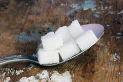 Cuillère avec des cubes en sucre photo libre de droits