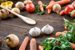 Cuillère avec le mélange de légumes sur la table Image stock