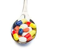 Cuillère complètement de médecine de couleur photos stock