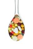 Cuillère complètement des pilules de médecine Photos stock