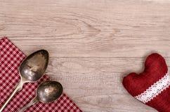 Cuillère d'argent et nappe avec le coeur Photo stock