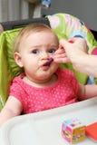 Cuillère de alimentation de bébé photo libre de droits