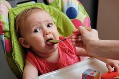 Cuillère de alimentation de bébé photo stock