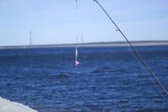 Cuillère de fileur de pêche sur une rivière photos libres de droits