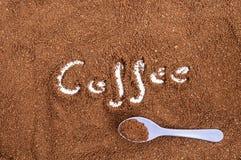 Cuillère de petit morceau de cafè moulu de Brown Photos stock