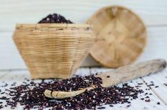 Cuillère en bambou avec la zizanie noire organique Photo stock