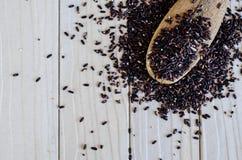 Cuillère en bambou avec la zizanie noire organique Photographie stock