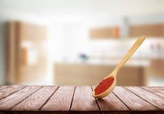 Cuillère en bois avec des épices sur un fond en bois dans la cuisine Images stock