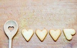 Cuillère en bois avec des biscuits faisant le fond cuire au four abstrait Image libre de droits