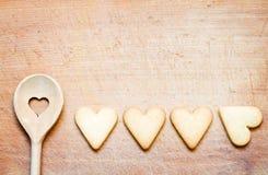 Cuillère en bois avec des biscuits faisant le fond cuire au four abstrait Images libres de droits