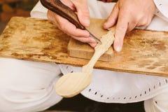 cuillère en bois découpant sculptant les artisans roumains Photos libres de droits