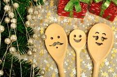 Cuillère en bois de famille avec le cadeau de Noël Image stock