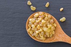 Cuillère en bois de gomme jaune aromatique de résine de Soudanais Frankinc images libres de droits