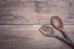 Cuillère en bois de paume sur la vue supérieure en bois de table Photos libres de droits